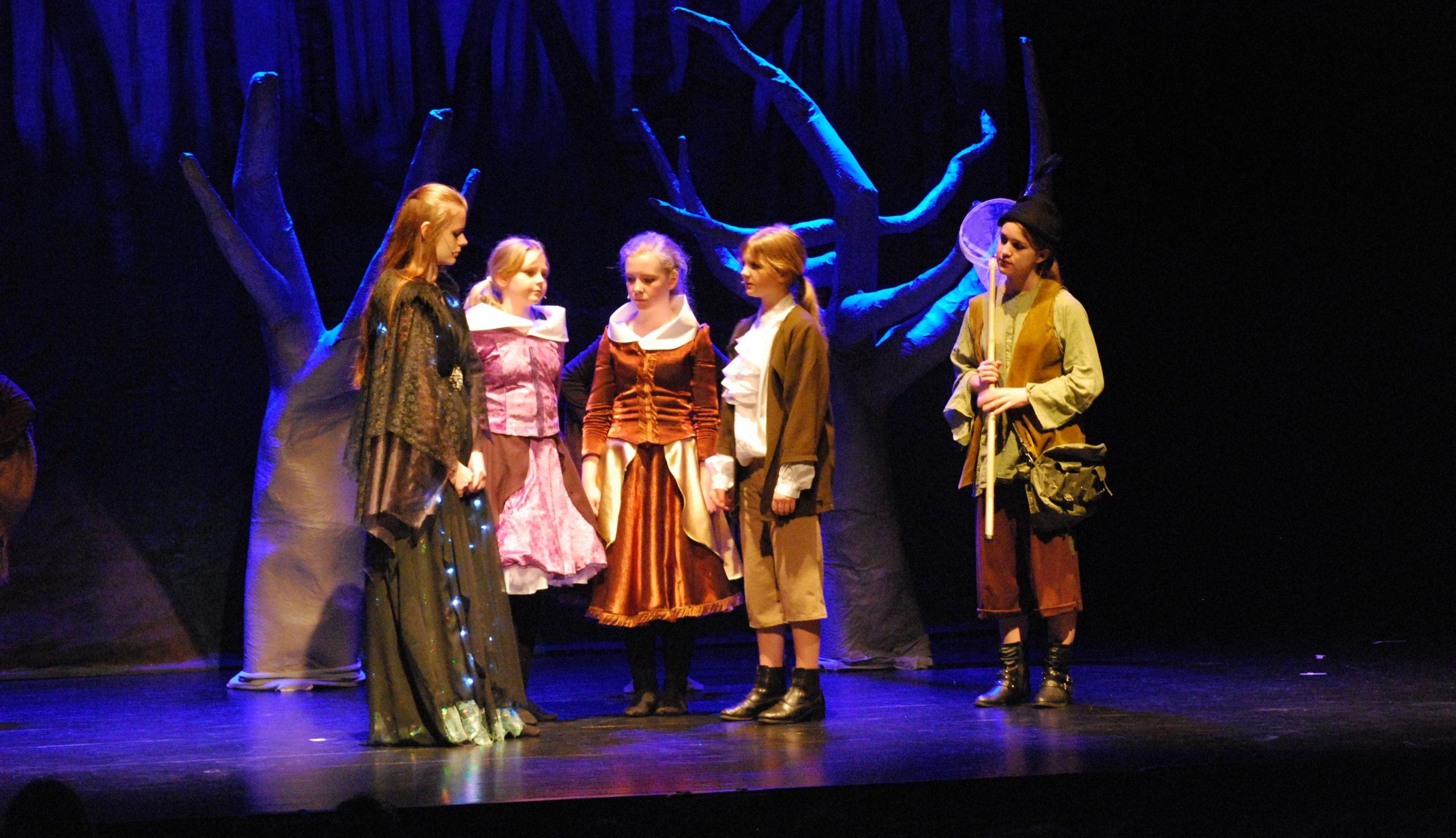 barn som spelar teater