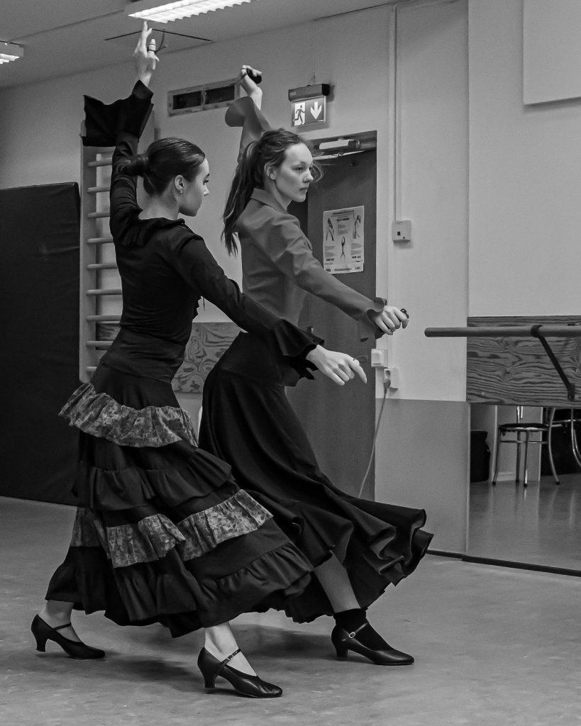 två kvinnliga dansare